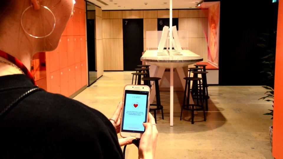 Der Weg in die smarten Umkleide-Kabinen führt an transparenten Schließfächern vorbei