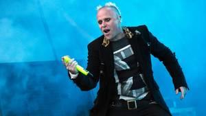 """Keith Flint, der Frontman der britischenBand """"The Prodigy"""", steht beim Vieilles Charrues Festival 2015 auf der Bühne"""