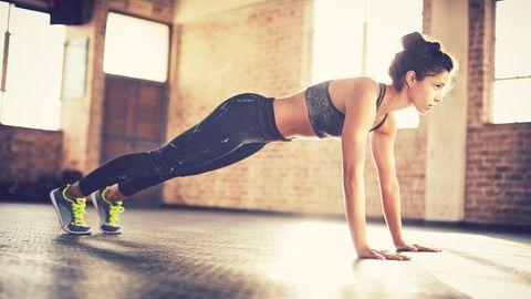 Eine Frau macht Sport