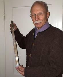 Thomas Walde mit einem Souvenir aus Börnersdorf. Dort recherchierte er mit Heidemann den Absturz des Hitler-Flugzeugs und fand eine Alu-Schiene der Ju 352 C.
