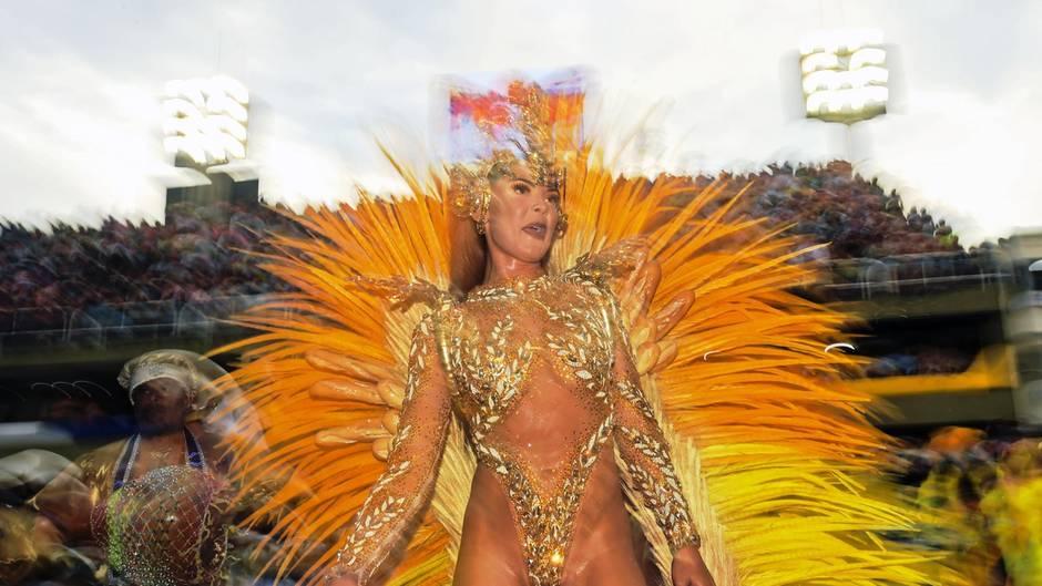 Im Sambodromin Rio de Janeiro tanzen die Sambaschulen um die Wette