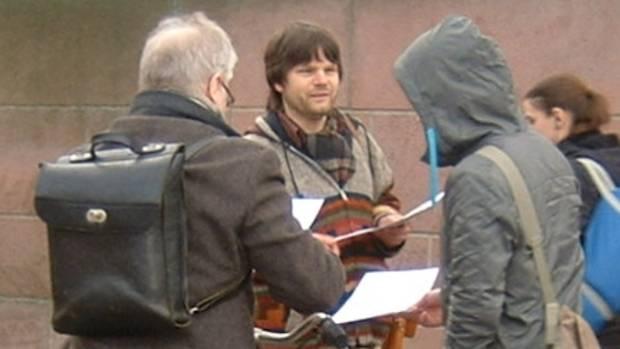 Hier Roman Grafe beim Verteilen des Aufrufs am 17. März 2009 vor der Max-Beckmann-Schule in Frankfurt (Main)