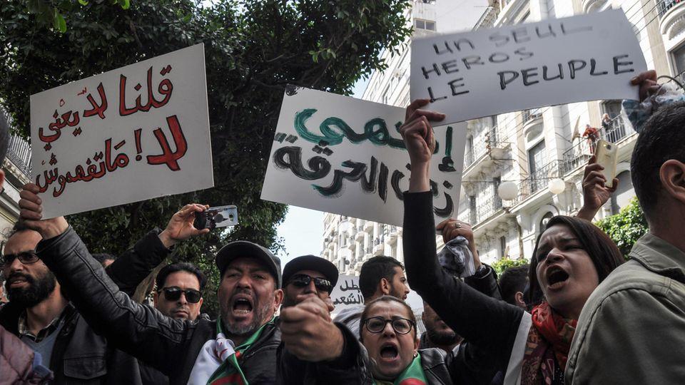 Demonstranten halten Plakate in der Hauptstadt Algier hoch