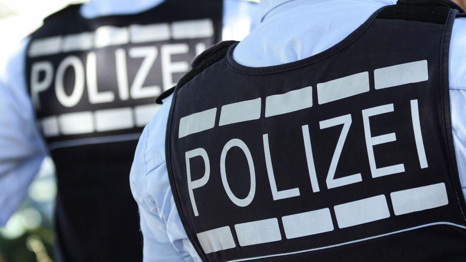 Die Polizei Berlin sucht mit Videoaufnahmen nach einem Messerstecher.