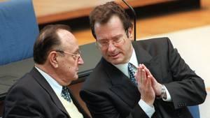 Ein Foto vom März 1997,damals debattierte der Bundestag noch in Bonn: der frühere Bundesaußenministers Hans-Dietrich Genscher (l.)mit seinem Nachfolger Klaus Kinkel.