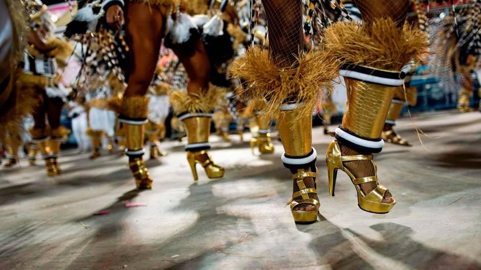 Auf High Heels: 14 Sambaschulen ziehendurch das 700 Meter lange Sambódromo, das Platz für 72.000 Zuschauer bietet