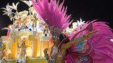Mehrere Kilogramm wiegtallein diese Kostümierung mit Büscheln von Federboas. Die Tänzerin gehört zu der Sambaschule Paraiso do Tuiuti.