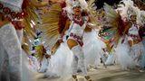 In strahlendem Weiß und unter vollemEinsatz: Mitglieder der SambaschuleUniao da Ilha