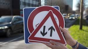 Sind alle Regeln und Verkehrsschilder der Führerscheinprüfung noch bekannt? stern TV hat Autofahrer zu einem ungewöhnlichen Prüfungsexperiment eingeladen.