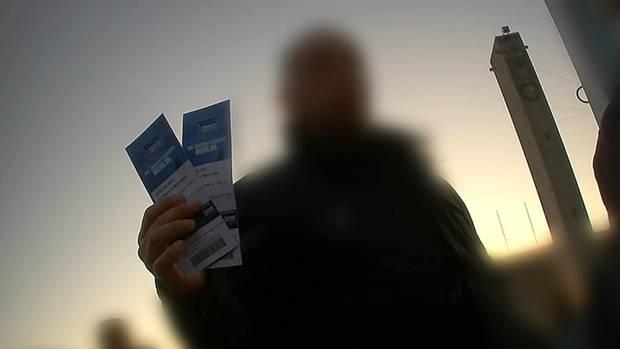 Ein Tickethändler vor dem Olympiastadion in Berlin