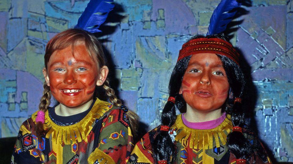 Zwei Kinder als Indianer verkleidet