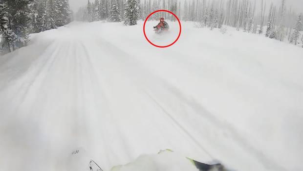 Schneemobil versinkt im Schnee