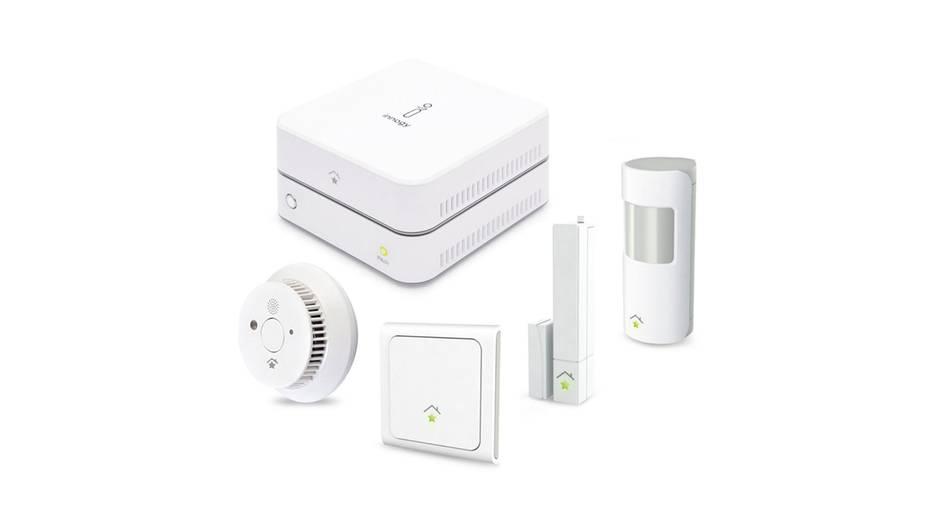 Innogy – Für begeisterte Smart-Home-Einsteiger  Der Energiedienstleister Innogy bietet ein funktionales Smart-Home-Systeme fürden ambitionierten Einsteiger: Die Grundausstattung besteht aus Heizungsthermostaten, Tür- und Fenstersensoren, Wandschaltern und Steckdosen, die über ein zentrales Gerät bedient werden. Auch ohne IT-Fachwissen lassen sich die verschiedenen Geräte miteinander in einem Programm kombinieren. So regelt die Smart-Home-Zentrale zum Beispiel die Heizkörper in Zimmern automatisch herunter, in denen das Fenster offen steht. Als so genanntes teiloffenes System versteht sich Innogy auch mit den Geräten einiger anderer Hersteller. So etwa mit den Smartcams vom Samsung, dem Philips-Lichtsystem Hue und dem elektronischen Türschlosssystem ENTR.  Dem Innogy-System ist seine Energieversorger-Abstammung anzumerken. Es kann den Stromverbrauch des Hauses sowie einzelner Geräte ermitteln und anzeigen, wie viel Strom die Photovoltaikanlage gerade erzeugt. Richtig praktisch wird das Innogy-Smart-Home für Eigenheimbesitzer mit Buderus-Heizanlage. So lassen sich die neueren Kessel des Herstellers über das Smart-Home steuern und Photovoltaikanlagen einbinden  Preis 250 Euro für das Basispaket.