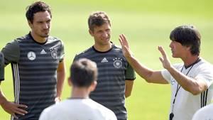 Blick in eine vergangene Ära: Bundestrainer Joachim Löw (r.) beim Training derNationalmannschaft im September 2016 mit Mats Hummels (l.) und Thomas Müller