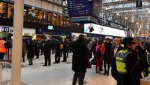London: Eine britische Transportpolizistin ist am Bahnhof Waterloo zu sehen