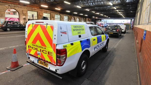 Briefbomben in London - Polizei an der Waterloo Station
