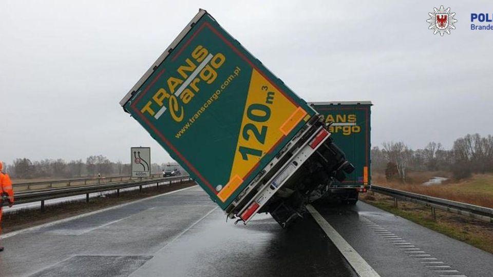 Der Sattelschlepper auf der A24 drohte wegen Wind umzukippen