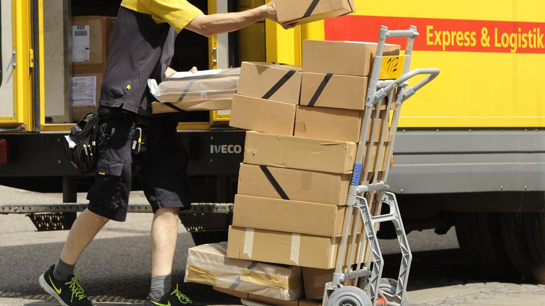 Ein Paketfahrer von DHL