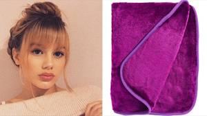 Links ist das Gesicht eines schönen, jungen Mädchens mit hochgesteckten Haaren, rechts eine zusammengelegte Fleecedecke