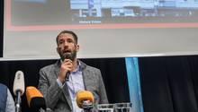 Philipp Ruch äußerT sich bei einer Pressekonferenz