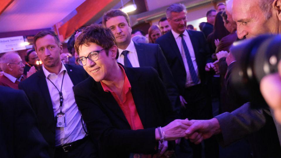 Annegret Kramp-Karrenbauer vor ihrem Auftritt beim politischen Aschermittwoch