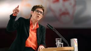 Annegret Kramp-Karrenbauer verteidigt umstrittene Karnevalsäußerungen