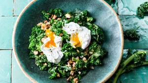 Rührgebratener Grünkohl mit Vinaigrette, Haselnüssen, Schinken und pochiertem Ei