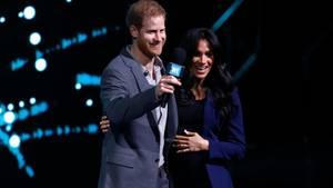 Prinz Harry holt seine Ehefrau und Herzogin Kate auf die Bühne.