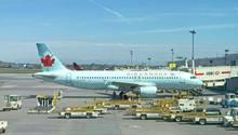 """Ein Airbus A320 der """"Air Canada"""" am Gate (Symbolfoto)"""