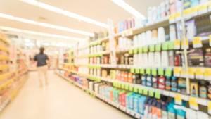 Regal mit Produkten in einem Drogeriemarkt