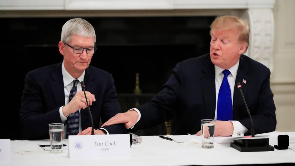Bei einem Treffen mit Wirtschaftsvertretern sitzt Apple-CEO Tim Cook neben Donald Trump