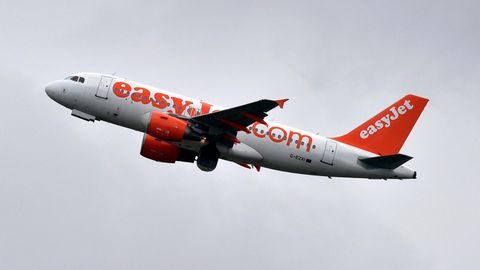 """Ein Flugzeug der """"EasyJet"""" hebt ab"""