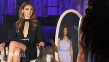 Topmodel Kandidation Leonela steht vor dem Spiegel