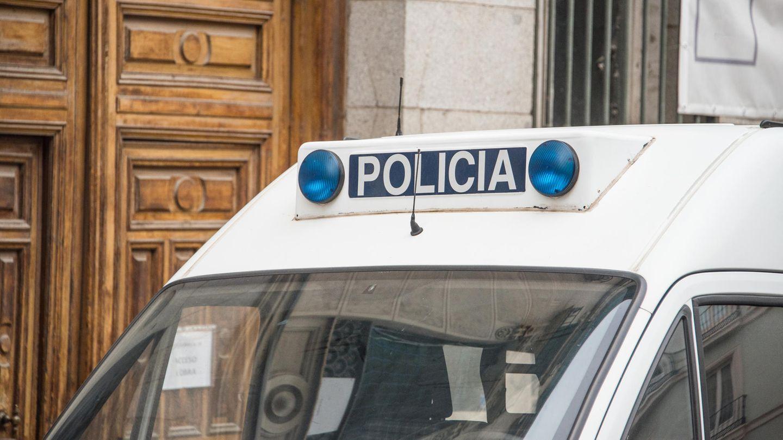 Spanisches Polizei-Auto vor einem Gebäude