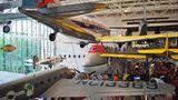 """Platz 3:National Air and Space Museum in Washington D.C., USA  Von allen Smithsonian-Museen an der Mall in Washington D.C. ist das Luft- und Raumfahrtmuseum mit mehr als sieben Millionen Besuchern das meistbesuchte. Hier darf man ein Stück Mondgestein anfassen. Und hier gibt es die """"Spirit of the Louis"""", mit der Charles Lindbergh über den Atlantik flog, das Vorderteil eine Boeing 747 (in Bildmitte) und eine deutsche V2-Raketezu sehen. Die Außenstelle amDulles-Airport, das Steven F. Udvar-Hazy Center in Virginia, beherbergt eine dergrößten Flugzeugsammlungen der Welt.  Infos: https://airandspace.si.edu"""