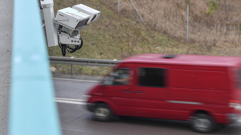 An einer Brücke über der Autobahn 12 zwischen Berlin und Frankfurt (Oder) ist das System zur automatischen Kennzeichenfahndung Kesy angebracht.