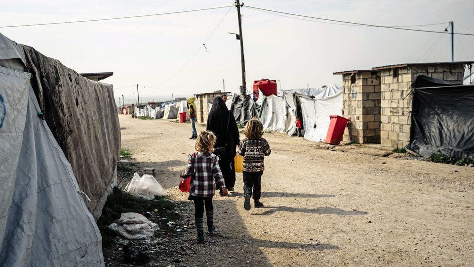 Die Ausländerinnen unter den IS-Gefangenen wohnen wie diese Frau in bewachten Zeltstädten. In den Camps sollen 2500 Kinder aus über 30 Ländern leben.