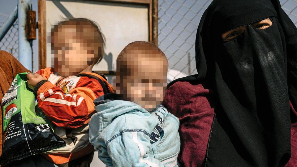 Lemkes Söhne Dschafar, 1, (r.) und Schakir, 3, (l.) werden von fremden IS-Frauen im Lager al-Hol betreut