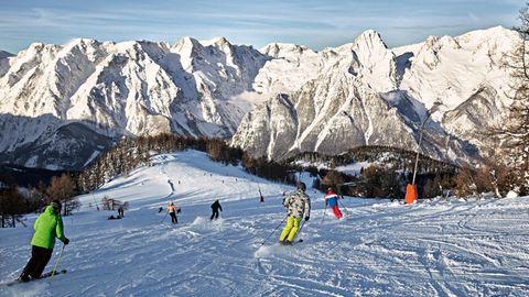 Skifahren in Hinterstoder:Wer die Piste Nummer sechs hinabfährt, blickt auf den Großen Priel (ganz rechts) und die Spitzmauer (links davon)
