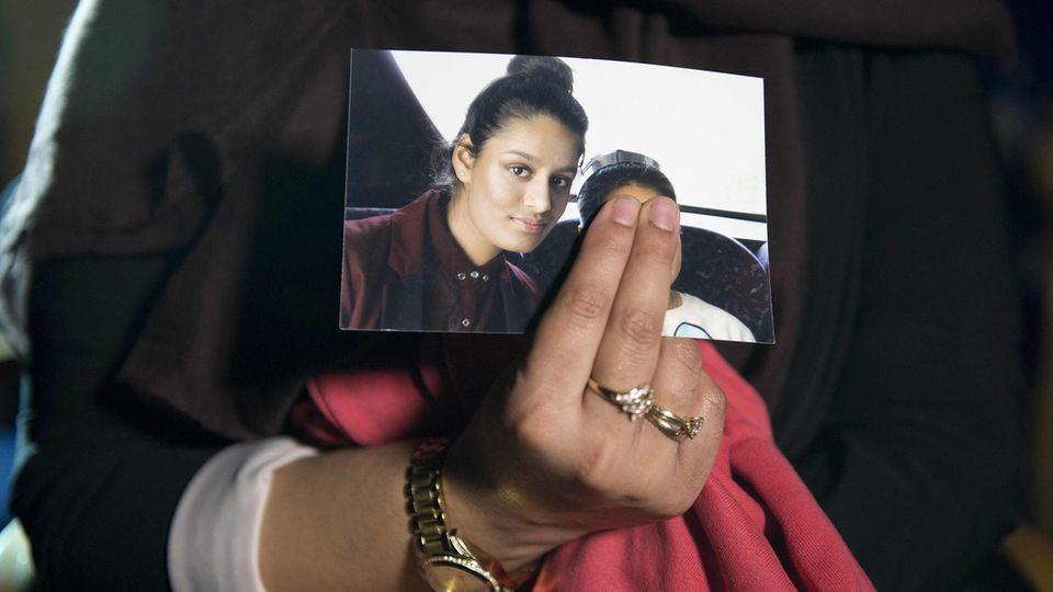 Ein Foto zeigt Shamima Begum mit ihrer Schwester.