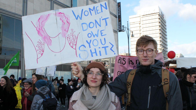 """Rosalie und Kenosind auf der Demo, um für die Abschaffung des Paragrafen 219a zu demonstrieren.Das Werbeverbot für Abtreibungen verbietet es zur Zeit, das Ärzte und Ärztinnen über Abtreibungen informieren. """"Es geht um die Selbstbestimmung über meinen Körper"""", sagt die 22 Jährige. Für ihren Freund Keno ist es wichtig, als Mann mit den Frauen in der Gesellschaft Solidarität zu zeigen. """"Ich will ein Zeichen setzen und zeigen, dass die Frauen mit ihren Forderungen nicht allein sind"""", sagt der 24-Jährige."""