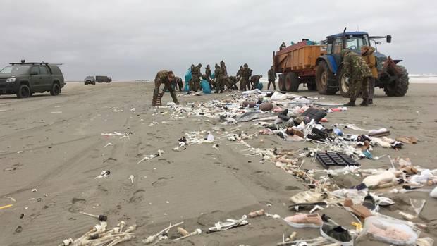 Die niederländische Armee räumt am Strand von Schiermonnikoogauf