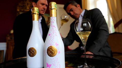 Zwei Flaschen Champagner – auf der Rechten ist ein pinkes Muster