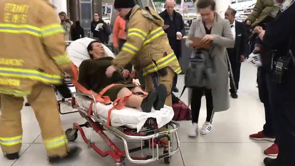 Das Bild zeigt Rettungskräfte im Einsatz auf dem John F. Kennedy International Airport