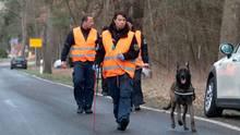 Einsatzkräfte der Polizei sind mit einem Spürhund bei Storkow im Landkreids Oder Spree unterwegs zu einem. Dort suchten Polizeibeamte auch am Samstag erneut nach der vermissten Rebecca, auch ein Hubschrauber kam dabei zum Einsatz.