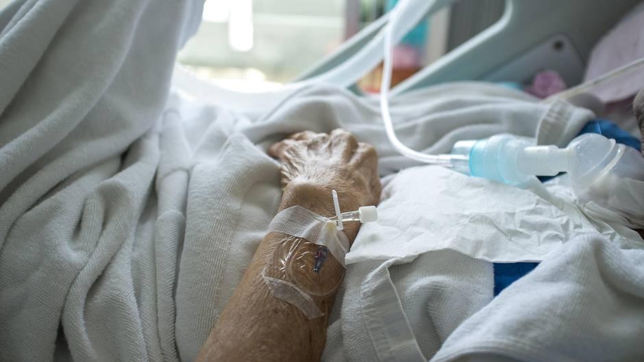 Ein Mann liegt in einem Krankenhausbett
