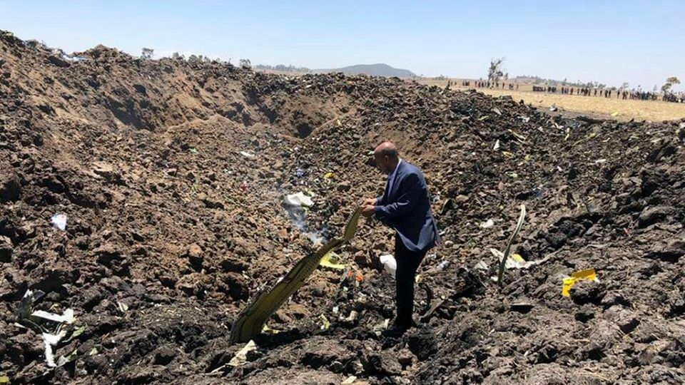 Das Foto zeigtTewolde GebreMariam, Vorstandsvorsitzender von Ethiopian Airlines, am Absturzort