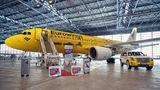 Statt neutralem Weiß: Ein knallgelbes Farbenkleid hat dieser ehemalige Airbus A320 von Air Berlin erhalten, der kürzlich in einem Hangar in Düsseldorf getauft wurde, um für die Partnerschaft des Billigfliegers der Lufthansa mit dem Autovermieter Hertz zu werben.