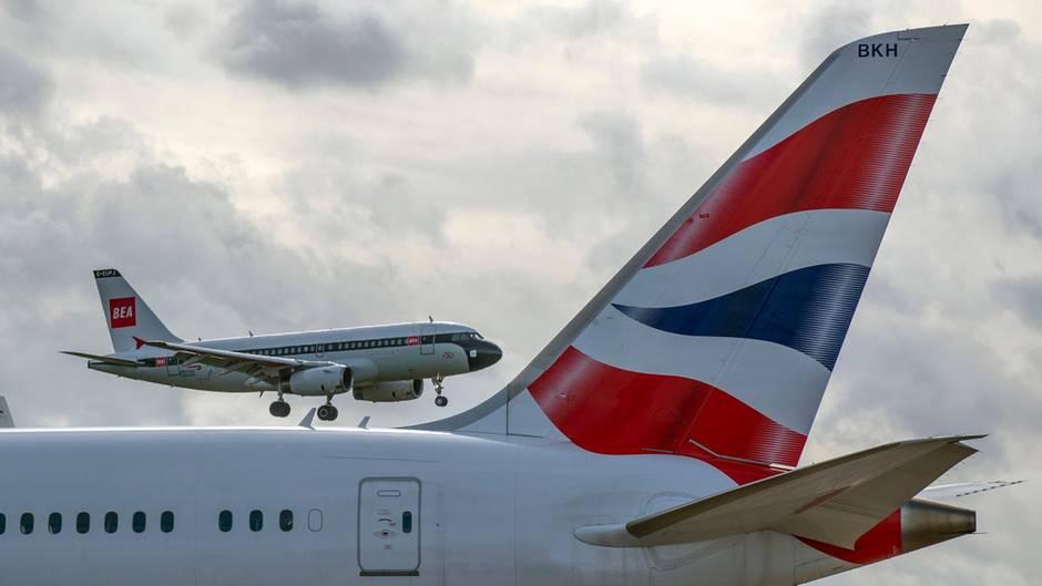 Neue und alte Bemalung: Eine Airbus A319 von British Airways in den Retro-Farben der British European Airways (BEA) setzt im Hintergrund zur Landung in London-Heathrow an. Die BEA gehörte neben British Overseas Airways Corporation (BOAC) zu den Vorgängen von British Airways und existierte in der Zeit zwischen 1946 und 1974.