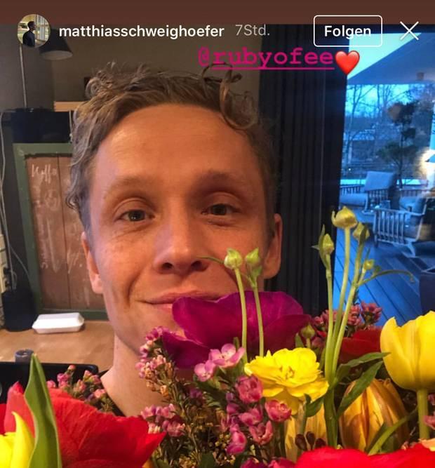 Matthias Schweighöfer postet Selfie mit einem Blumenstrauß von seiner Freundin